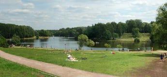 莫斯科,池塘在Kuzminki,人们有休息近  免版税库存图片