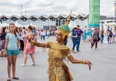 莫斯科,索科尔尼基公园,2018年8月19日:摆在照相机前面的一套欢乐泰国全国服装的一少女 库存照片
