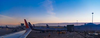 莫斯科,谢列梅机场,俄罗斯- 2015年10月16日:空中客车A320乘出租车对终端的苏航VQ-BCM在登陆以后 免版税库存照片