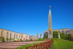 莫斯科, 2018年5月, 09日:伟大的爱国战争纪念碑致力了伟大胜利天5月9日 与星、工作者雕象和fl的Stela 库存照片