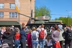莫斯科, 2018年5月, 9日:在伟大胜利假日游行的传奇苏联苏联坦克T-34-85致力了在伟大的Patr的胜利 免版税库存图片