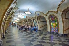 莫斯科, 2018年5月, 13日:在俄国地铁地铁车站的人变化 走在俄国m的一个地铁平台的人 免版税图库摄影