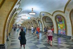 莫斯科, 2018年5月, 13日:在俄国地铁地铁车站的人变化 走在俄国m的一个地铁平台的人 库存图片