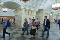 莫斯科, 2018年5月, 13日:在俄国地铁地铁车站的人变化 走在俄国m的一个地铁平台的人 免版税库存图片