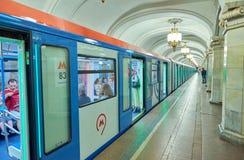 莫斯科, 2018年5月, 13日:新的现代在地铁车站的地铁乘客蓝色白色火车透视图  人里面火车 鲁斯 免版税库存照片