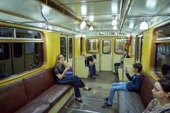 莫斯科, 2018年5月, 13日:旅行在俄国减速火箭的地铁旅客列车的另外人民 公交地铁电运输 库存照片