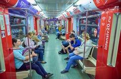 莫斯科, 2018年5月, 13日:旅行在俄国现代地铁旅客列车的另外人民 公交地铁电运输 免版税图库摄影