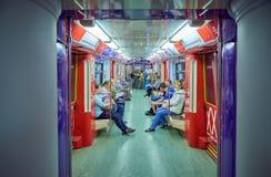 莫斯科, 2018年5月, 13日:旅行在俄国现代地铁旅客列车的另外人民 公交地铁电运输 免版税库存照片