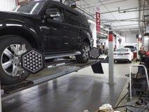 莫斯科, 2017年3月, 02日:汽车汽车车轮调整在汽车服务中心车间的维护修理 技术mai 免版税库存图片