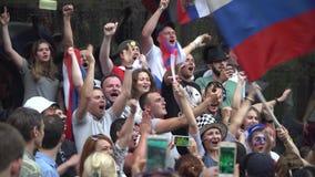 莫斯科, 2018年7月1日 足球迷观看比赛并且支持他们的队在Nikolskaya街 期间的 股票录像