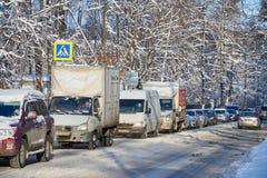 莫斯科, 2月 01日2018年:在汽车汽车的冬日视图在大雪造成的城市坚硬交通在城市 缓慢的汽车通行 图库摄影