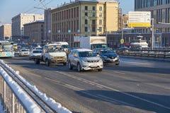 莫斯科, 2月 01日2018年:在汽车汽车的冬日视图在大雪造成的城市坚硬交通在城市 缓慢的汽车通行 免版税库存图片