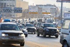 莫斯科, 2月 01日2018年:在汽车汽车的冬日视图在大雪造成的城市坚硬交通在城市 缓慢的汽车通行 库存照片