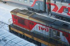 莫斯科, 2月 01日2018年:在肮脏的内燃机车的看法在铁路集中处在冬天 在冬天铁路的铁路肮脏的疯子 雪c 库存照片