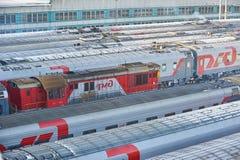 莫斯科, 2月 01日2018年:在铁路旅客长途汽车汽车的冬天顶视图活动在路轨方式集中处在雪下 旅客列车 免版税库存图片
