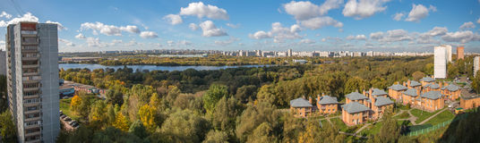 莫斯科, 2016年,第1 10月:Kapotnya和Brateevo, UVAO莫斯科,俄罗斯郊外  城市,公园秋天视图和 免版税库存图片