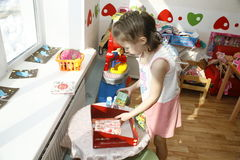 莫斯科, RUSSIA-APRIL 17日2014年:与玩具的儿童游戏和参与家庭教师幼儿园 库存照片