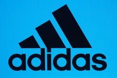 莫斯科, RUSSIA-JULY 28 :举世闻名的品牌adida的商标 免版税库存照片
