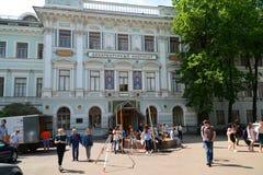 莫斯科 俄罗斯- 6月02 2016年 在建筑学学院的前面学生 库存照片