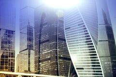 莫斯科-城市商业中心大厦 企业和财务概念的两次曝光背景 库存图片