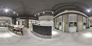 莫斯科- 2018年:家具现代购物中心的设计商店美好的时兴的内部与顶楼内部 与dar的水泥地板 免版税图库摄影