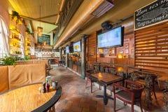 莫斯科- 2014年8月:啤酒餐馆内部  库存图片