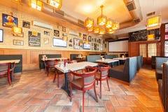 莫斯科- 2014年8月:啤酒餐馆内部  免版税图库摄影