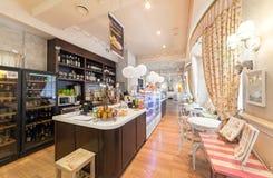 莫斯科- 2014年8月:家庭咖啡馆的内部 免版税图库摄影