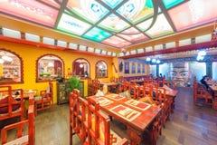 莫斯科- 2014年8月:餐馆印地安和西藏烹调的内部和在种族样式装饰 库存图片