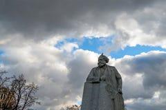 莫斯科- 2014年11月2日:卡尔・马克思雕象在反对多云天空的莫斯科 库存图片