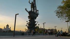 莫斯科- 2019年5月28日:莫斯科,对彼得大帝的纪念碑 人们在沿散步的晚上走 影视素材