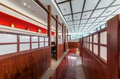 莫斯科- 2013年7月:内部是现代日本餐馆Ichiban Boshi 走廊 库存照片