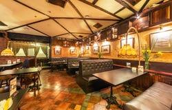 莫斯科- 2013年7月:啤酒餐馆PivCo的内部 现代interios俄国人客栈 库存图片