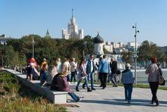 莫斯科9月2017年,俄罗斯 人们在公园走在Zaryadye,在克里姆林宫附近 库存图片
