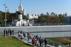 莫斯科9月2017年,俄罗斯 人们在公园走在Zaryadye,在克里姆林宫附近 免版税库存图片