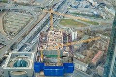 莫斯科4月2019年,俄罗斯 对架设摩天大楼工地工作的顶视图,futured办公室塔 图库摄影