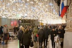 莫斯科1月07日:充分Ilyinskaya街道本机和游人圣诞节时间的2018年1月07日在莫斯科,俄罗斯 库存图片