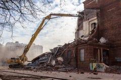 莫斯科- 2015年3月25日:挖掘机拆毁楼205 schoo 库存照片