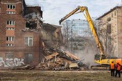 莫斯科- 2015年3月25日:挖掘机拆毁楼205 schoo 免版税图库摄影