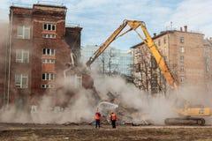莫斯科- 2015年3月25日:挖掘机拆毁楼205 schoo 免版税库存图片