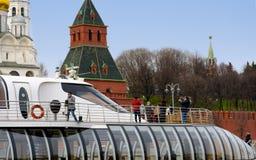莫斯科- 2017年4月21日:游船在通过克里姆林宫,俄罗斯的莫斯科河漂浮 图库摄影