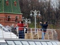 莫斯科- 2017年4月21日:游船在通过克里姆林宫,俄罗斯的莫斯科河漂浮 免版税图库摄影