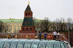 莫斯科- 2017年4月21日:游船在通过克里姆林宫,俄罗斯的莫斯科河漂浮 库存图片