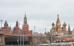 莫斯科2017年2月24日:从索非亚码头的看法到Spasskaya救主塔,圣蓬蒿` s大教堂 库存照片