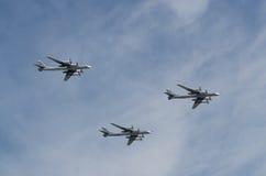 莫斯科- 5月9 :三轰炸机在游行的TU-95MS在巨大爱国战争中致力了于胜利第70周年在2015年5月9日 库存图片