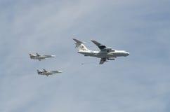 莫斯科- 5月9 :两架在游行的轰炸机苏-24和refiller伊尔-78在巨大爱国战争中致力了于胜利第70周年  库存图片