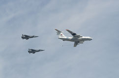 莫斯科- 5月9 :两架在游行的轰炸机苏-34和refiller伊尔-78在巨大爱国战争中致力了于胜利第70周年  免版税库存照片