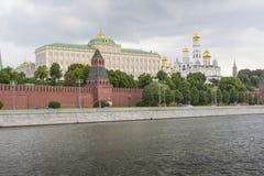 莫斯科- 6月02 :克里姆林宫塔和墙壁从Th的 免版税库存照片