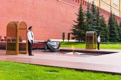 莫斯科- 7月4 :卫兵在永恒火焰岗位莫斯科的立场手表 免版税图库摄影