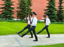 莫斯科- 7月4 :卫兵的变动在永恒火焰岗位的 库存照片